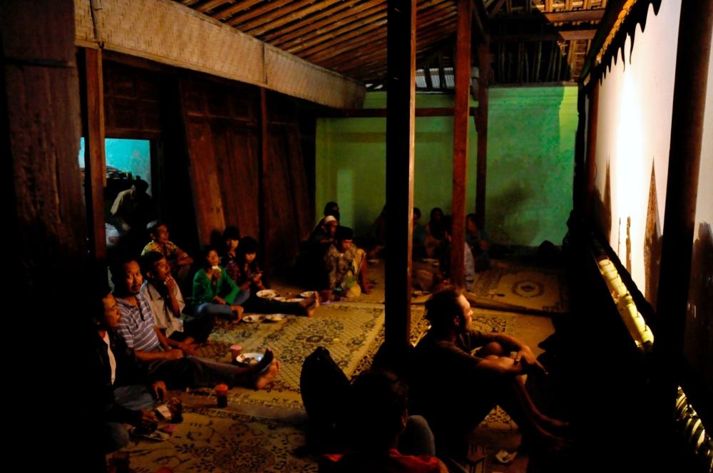 Espace public derrière l'écran de Wayang Kulit. Pohon Asem