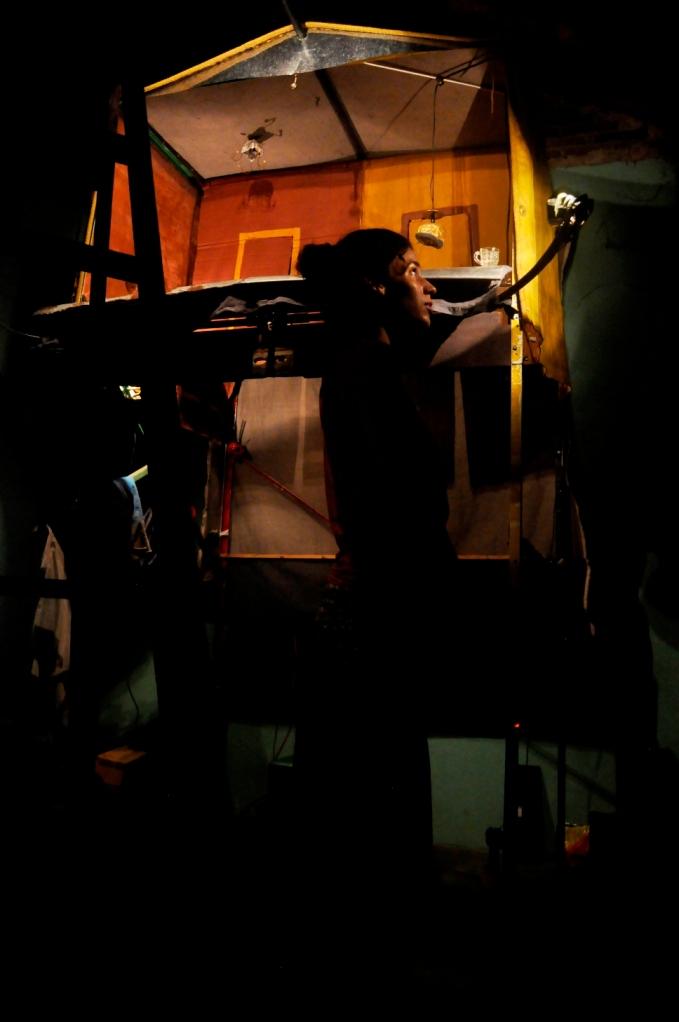 Júlia veille de representation retouche les loupiotes du castelet