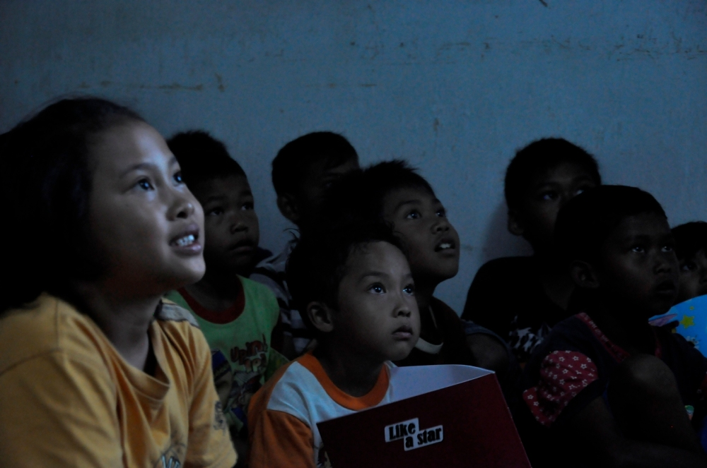 les enfants regardant  les voisins