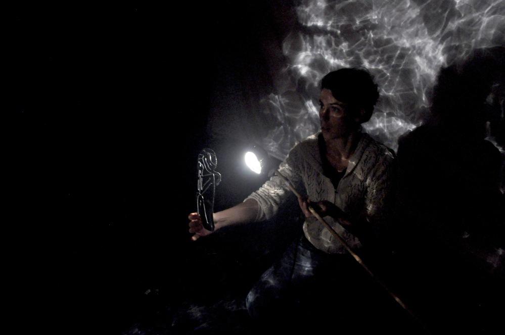 8. Julia et silhouette Océane consolation. L'enfant de la haute mer, Theatre de Nuit. Automne2085
