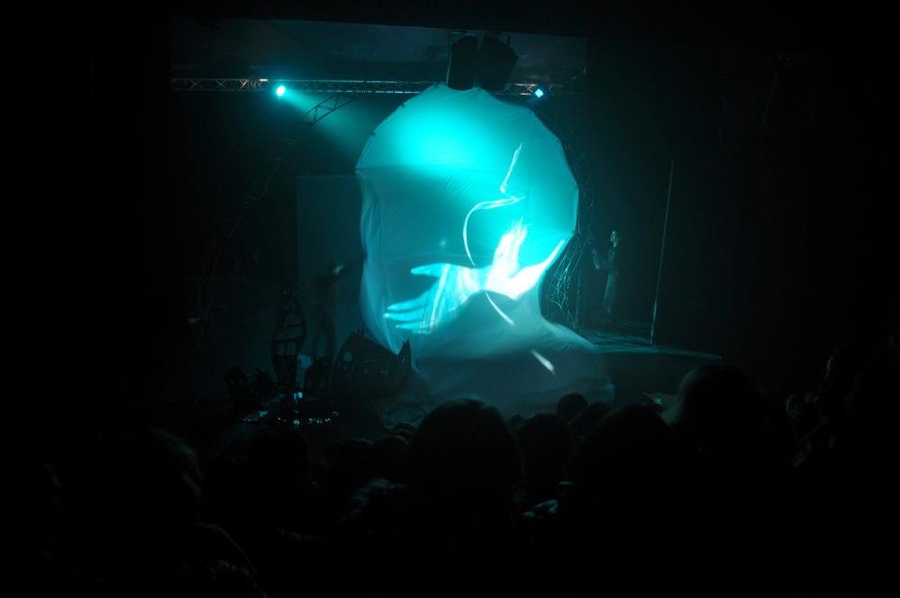 Pendant la representation de l enfant de la haute mer, la vague . Automne2085 Theatre nomade de marionnette et de matiere