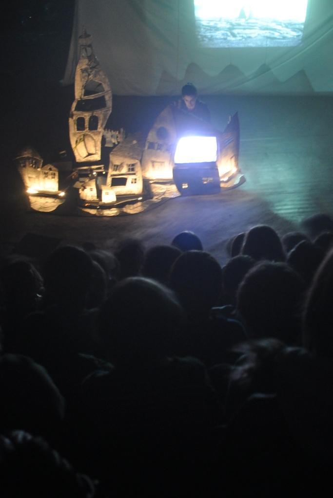 Pendant la representation de l enfant de la haute mer, public et Julia a la petite chambre. Automne2085 Theatre nomade de marionnette et de matiere