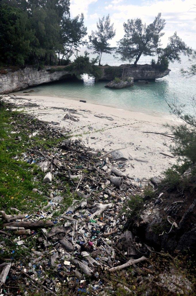 plage selayar sable et plastique