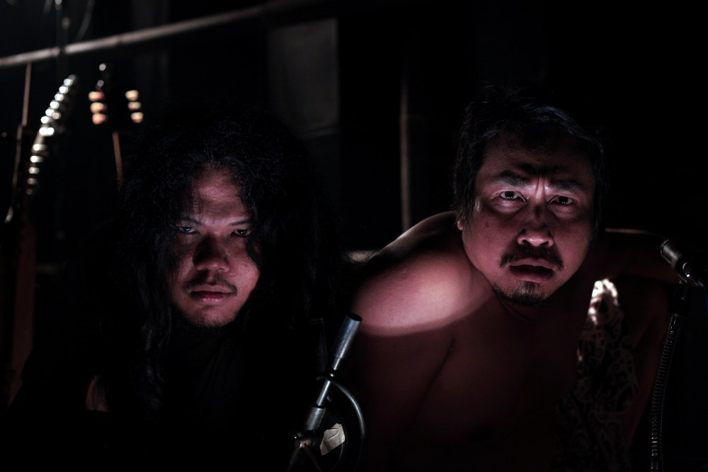 Hamrin et Mo'ong se regarde ds le Kaca Gong ( Gong en verre )