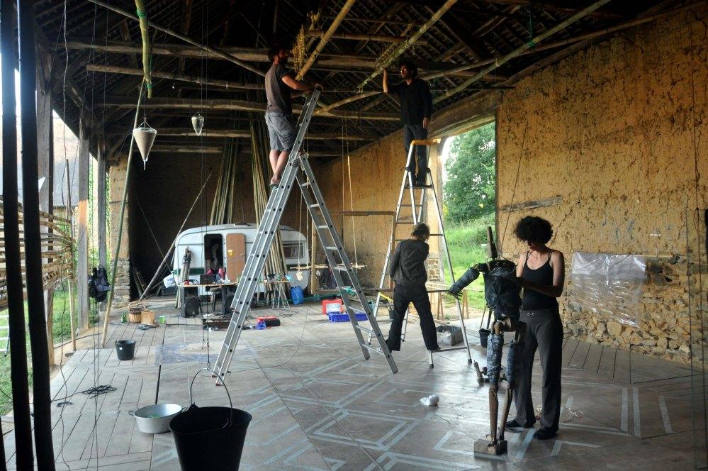 Installation, Cécile en lévitation.